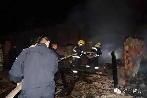 爷仨个坐在堂屋看电视,二楼起火,一栋房子被烧毁